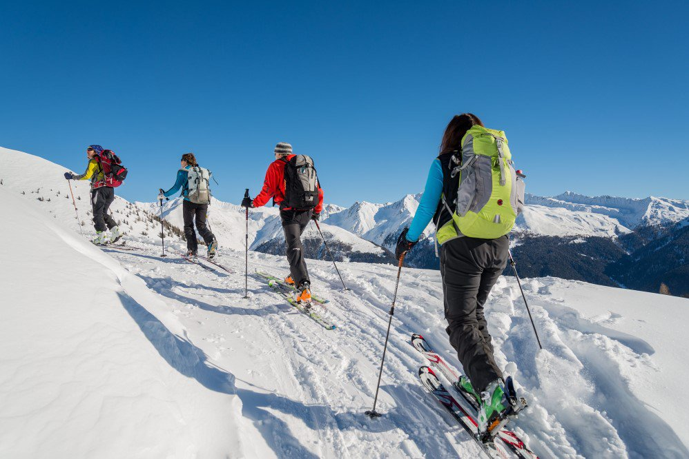 Cross-country skiing and alpine skiing during the winter holidays in Val Casies